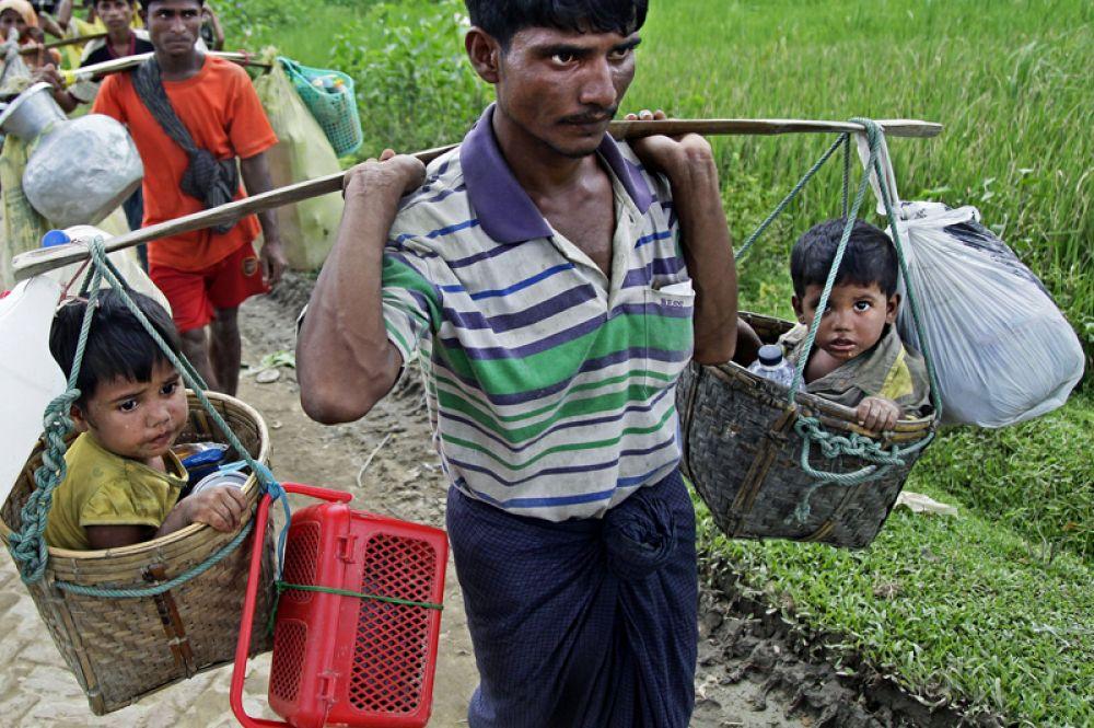 Беженцы рохинджа прибывают в лагерь «Балухали» на границе Мьянмы и Бангладеш.