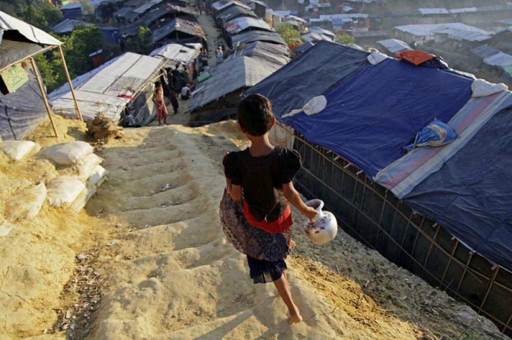 Девочка идёт за водой в лагере беженцев рохинджа «Балухали».