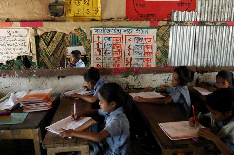 Дети рохинджа посещают занятия в начальной школе Лонг-Бич в лагере беженцев «Кутупалонг».