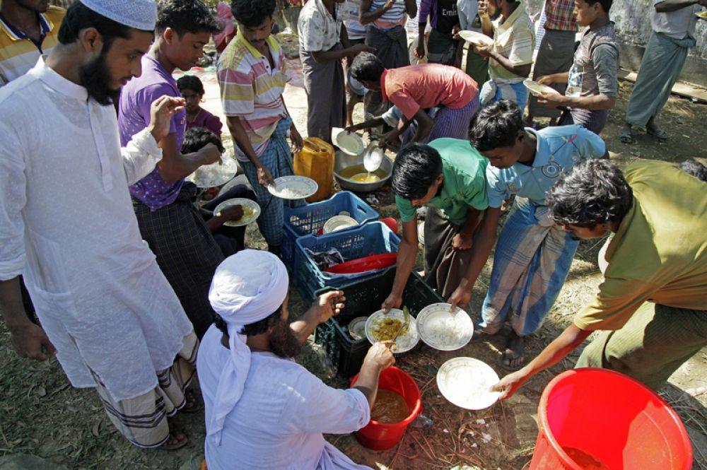 Раздача пищи беженцам рохинджа в лагере «Балухали» на границе Мьянмы и Бангладеш.