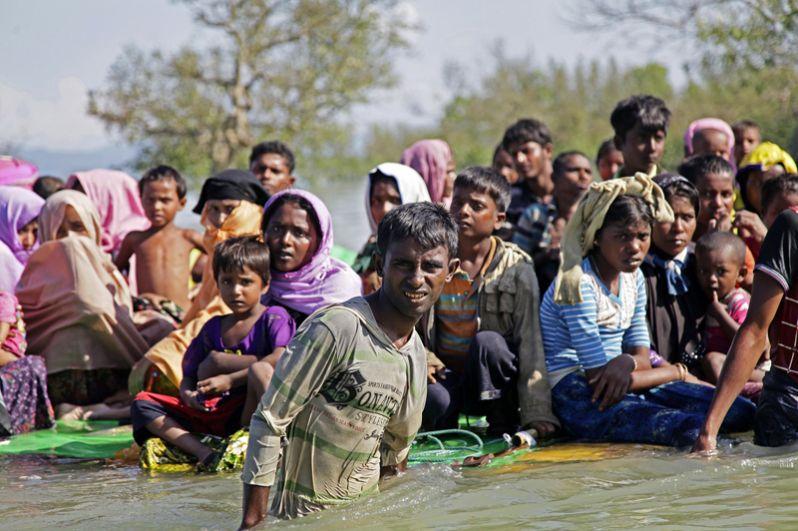 Беженцы рохинджа переплывают на плотах реку Наф неподалеку от лагеря «Балухали» на границе Мьянмы и Бангладеш.