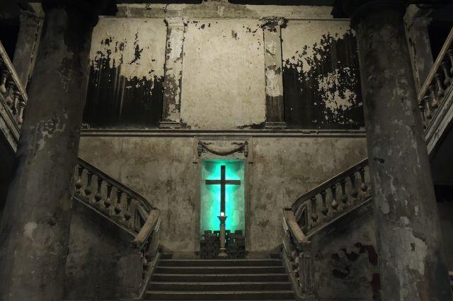 Пострадавший при пожаре интерьер старинной церкви привлекает своей мрачноватой красотой.