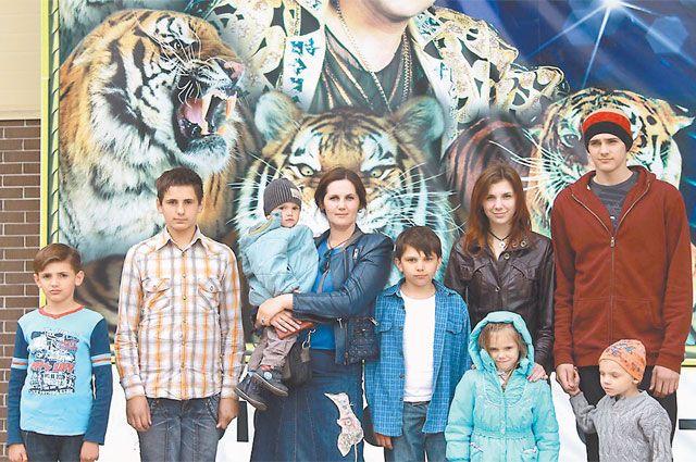 Редкий поход всей семьёй в цирк. Папа остался за кадром - работал фотографом.