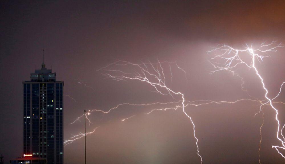 22 ноября. Вспышка молнии в финансовом квартале в Коломбо, Шри-Ланка.