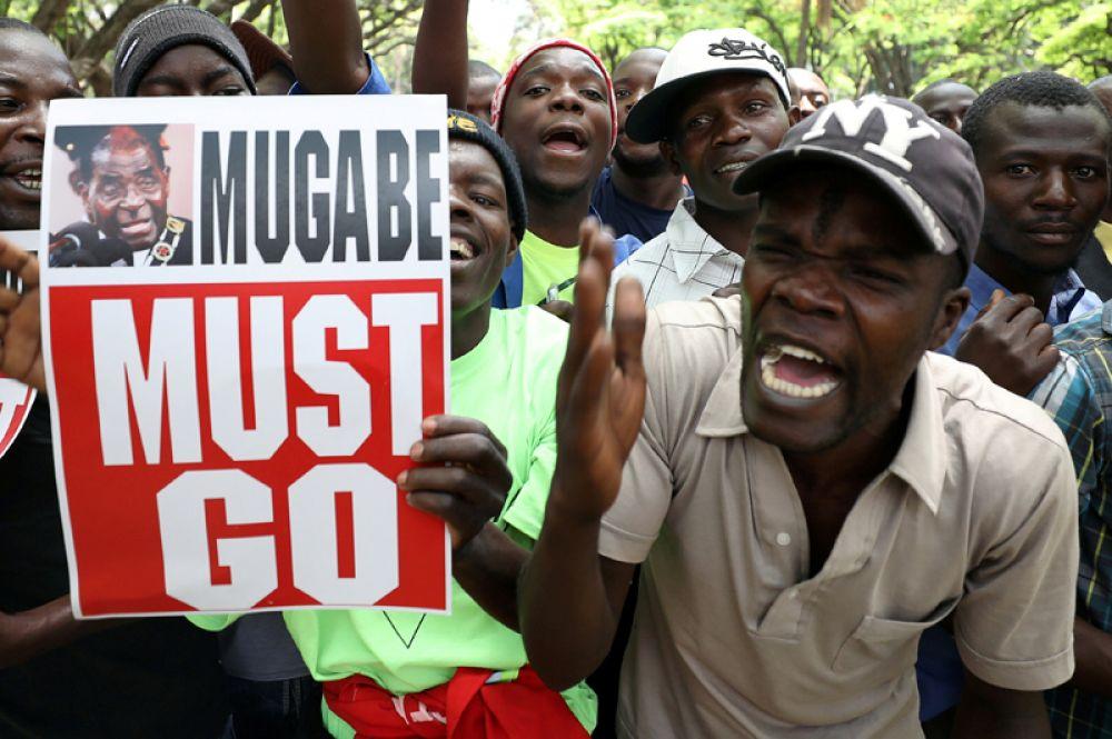 21 ноября. Протестующие выступают за отставку президента Зимбабве Роберта Мугабе в Хараре.