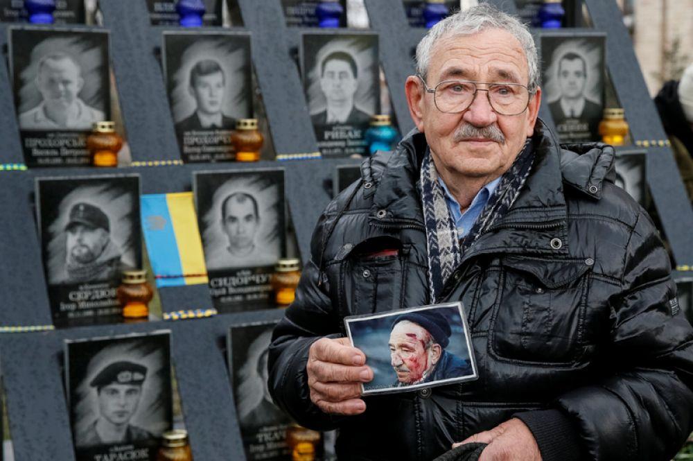 21 ноября. Участник акции в Киеве, посвященной годовщине начала событий на Майдане.