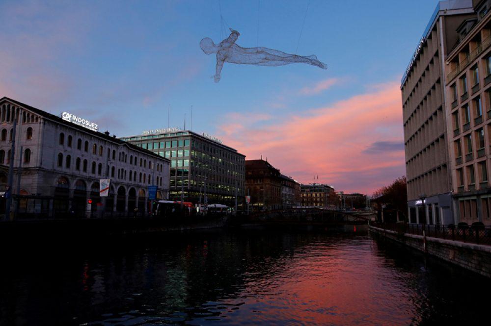 23 ноября. Скульптура Voyageurs французского художника Седрика Ле Борна возле зданий в финансовом квартале Quartier des Banques в Женеве, Швейцария.