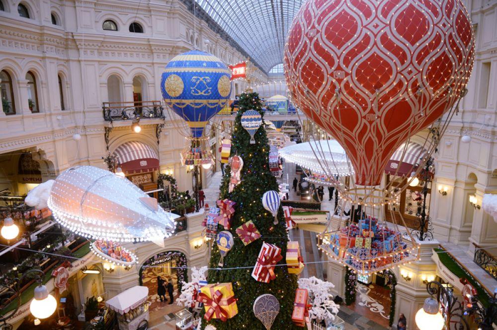 22 ноября. Праздничное оформление в ГУМе в Москве.