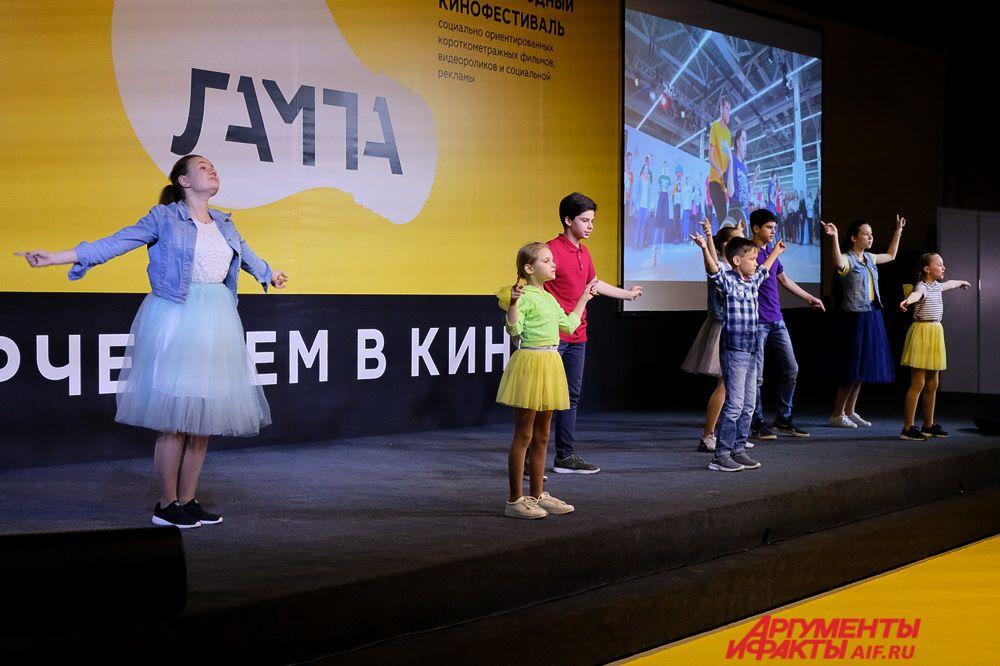 На сцене дети читали стихи и танцевали.