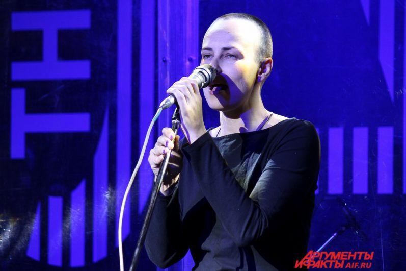 Завершился вечер выступлением известной группы «Чичерина», которая исполнила популярные песни: «Жара», «40 тысяч километров»», «Тулула» и другие.