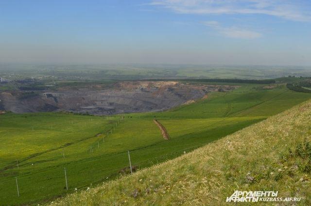 Горняки добывают уголь. Караканский хребет остается невредимым. Такое соседство оказалось возможным.
