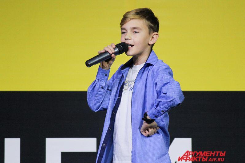 На сцене выступил финалист шоу «Ты супер!» Кирилл Есин с песней группы Чиж и Ко «О любви».