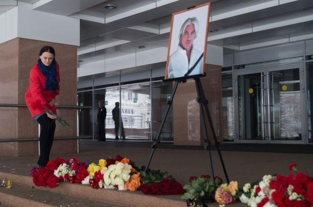 В память о Дмитрии Хворостовском красноярцы несут цветы на площадь у БКЗ.