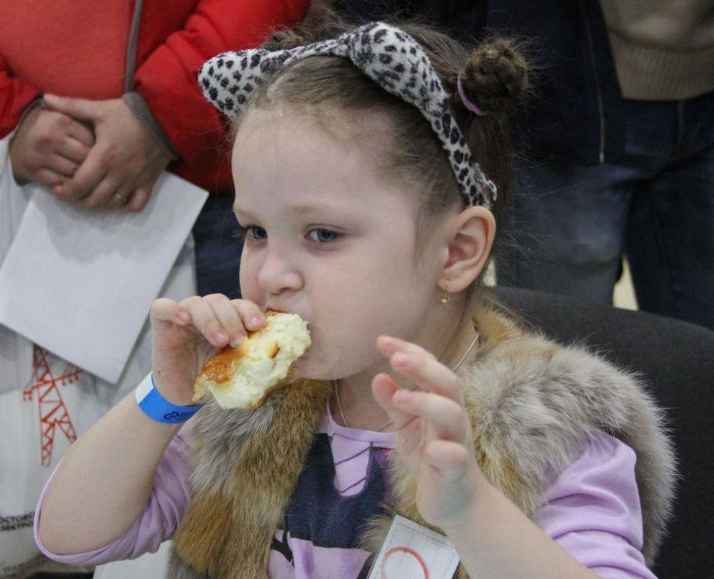 Маленькие участники в скорости и аппетите не уступали взрослым соперникам.
