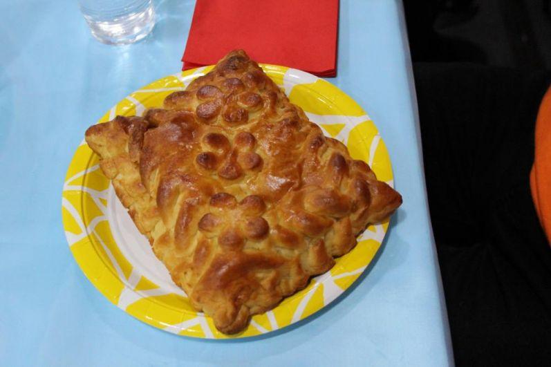 Каждый взрослый участник должен был съесть один пирог весом 500 граммов на скорость.