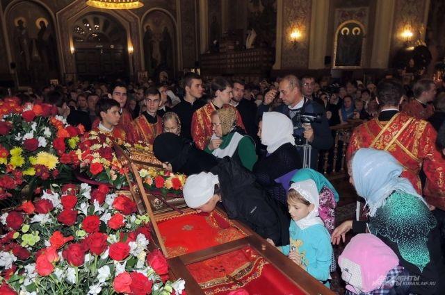 К раке с мощами новомученика Александра Флегинского выстроилась длинная очередь.