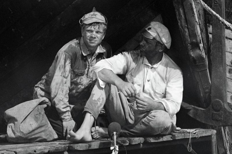 Актёры Анатолий Кузнецов в роли Сухова и Николай Годовиков в роли Петрухи в кинофильме «Белое солнце Пустыни» (1969).