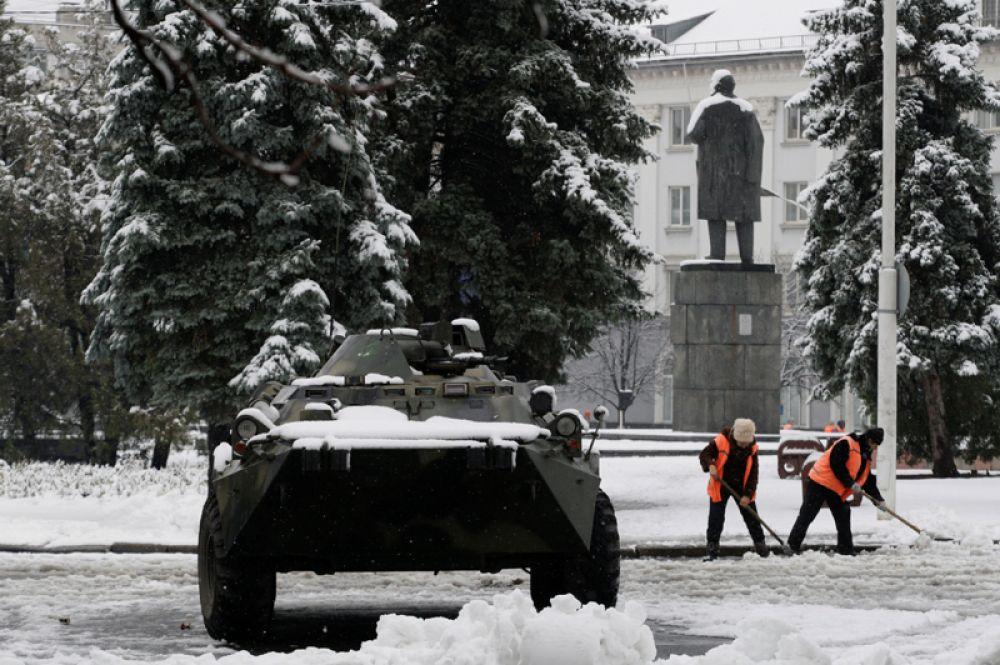 21 ноября. В Луганске вооруженные люди в форме без опознавательных знаков окружили здание МВД ЛНР и центр города. Они также взяли под контроль местное телевидение (КРРТ) и перекрыли проход и проезд по улицам.