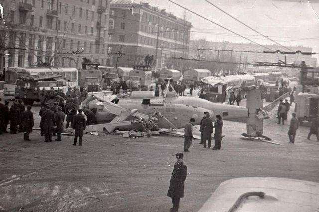 Вертолет упал на оживленном перекрестке. Чудом никто не погиб.