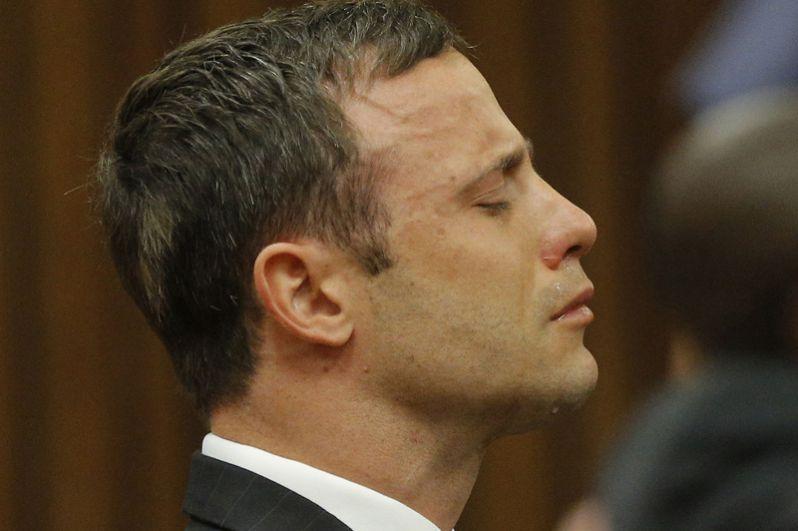 Оскар Писториус, знаменитый паралимпиец из ЮАР, получил 6 лет за то, что застрелил свою подругу-модель. Писториус заявил, что принял её за грабителя и убил по ошибке.