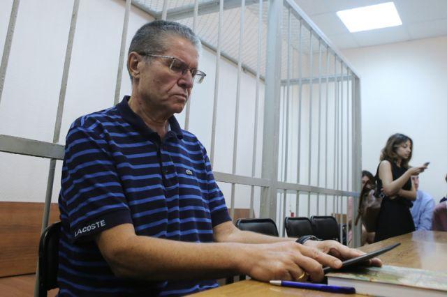 Протоколы допросов Сечина «мешают защите иобвинению»— юрист Улюкаева