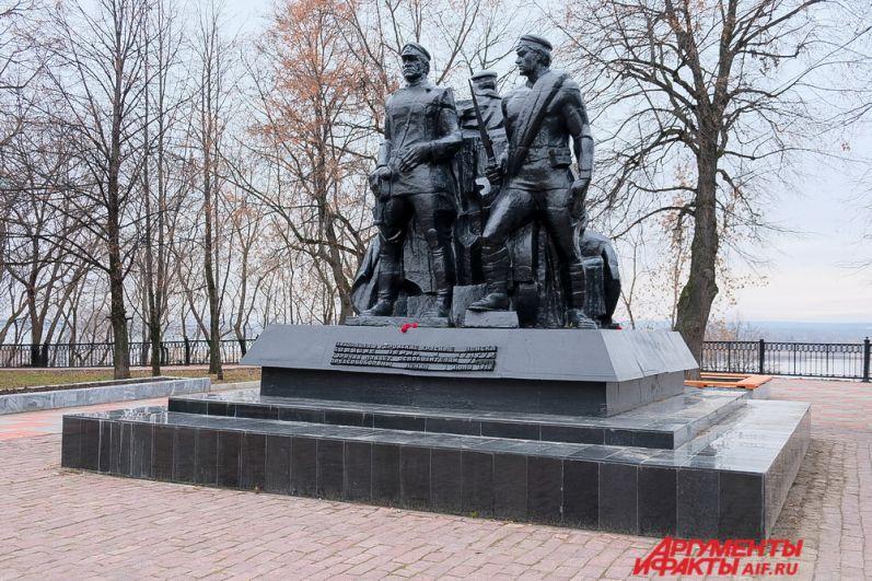 Гуляя по скверу имени Решетникова можно увидеть монумент «героям Гражданской войны». Памятник посвящён штурму матросов и солдат Красной армии на реке Кама летом 1919 года. Тогда красноармейцы «выбили» из города армию Колчака.