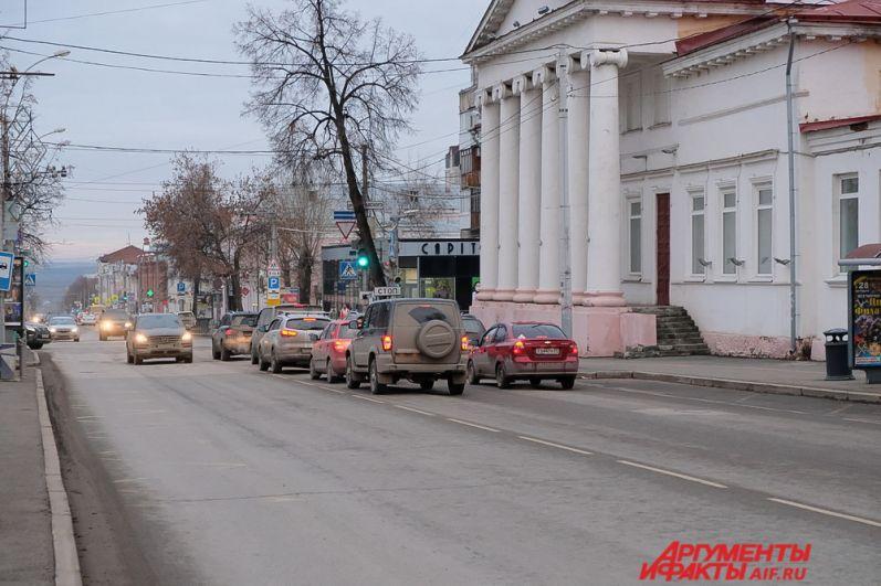 Улица Сибирская в советское время называлась имени Карла Маркса, затем была переименована в Сибирскую. Исторически это название связано с тем, что улица была частью великого Сибирского тракта, во времена, когда не было других путей сообщения с Сибирью.