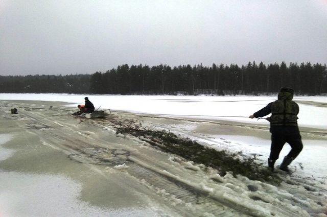 ВКарелии два местных жителя провалились под лёд наснегоходе