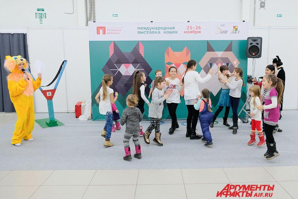 Для самых маленьких посетителей проходят весёлые игры с аниматорами, проводятся мастер-классы, работают фотоплощадки, а также детская игровая комната.