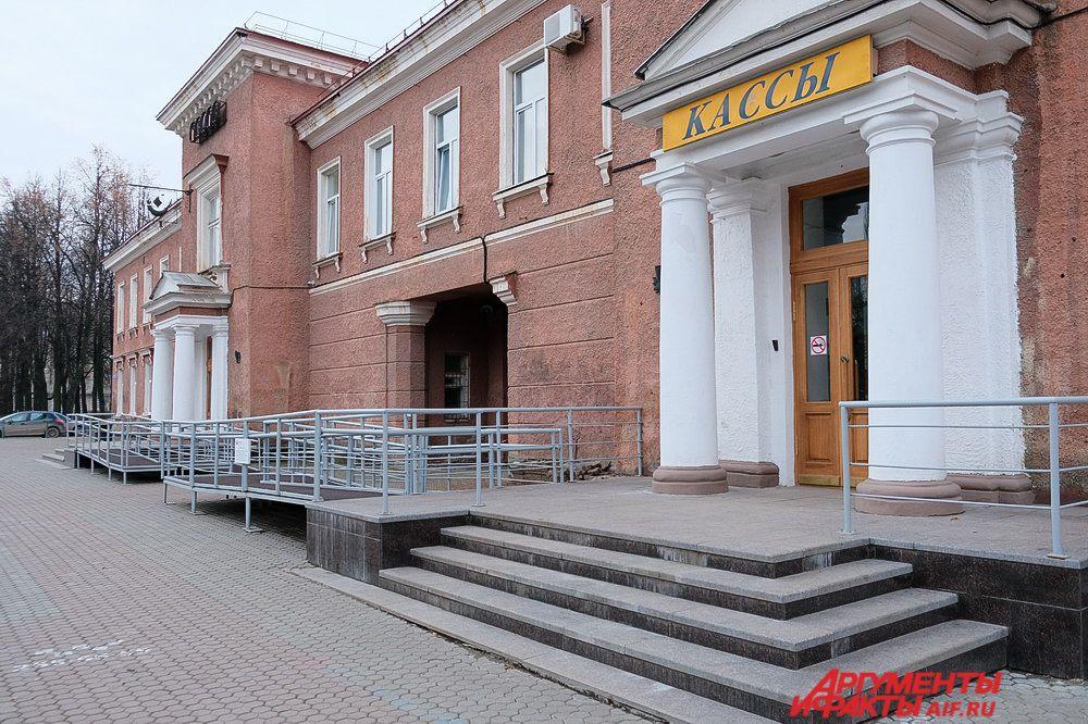 Раньше по Сибирской улице ехали политические и каторжные арестанты, такие как Герцен, Чернышевский и Достоевский. Заключённые останавливались на несколько дней в специальной пересыльной тюрьме. Теперь в этом здании находится театр кукол.