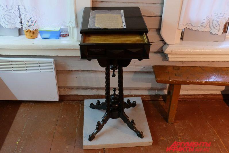 В доме-музее «Подпольная типография» есть красивый шахматный столик. Но столик не простой, а с тайником. Столешница сдвигается и внутри можно спрятать секретные документы.