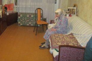 Пожилая женщина впустила в дом незнакомку, считая её работницей ЖКХ.