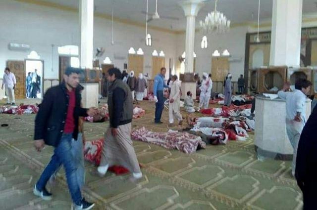 Напавшие намечеть вЕгипте несли вруках флаг ИГИЛ