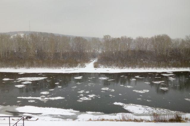 Бетонной плитой перегородили мост вНовосибирске