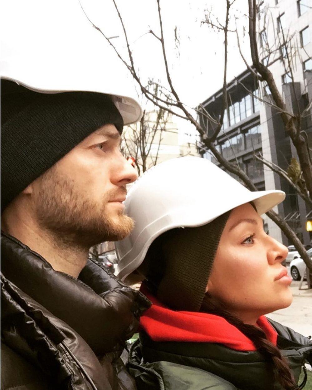 Влад Яма заинтриговал снимкой с женой в касках, подписав фото «На всякий случай». Интересно, к чему готовится пара?