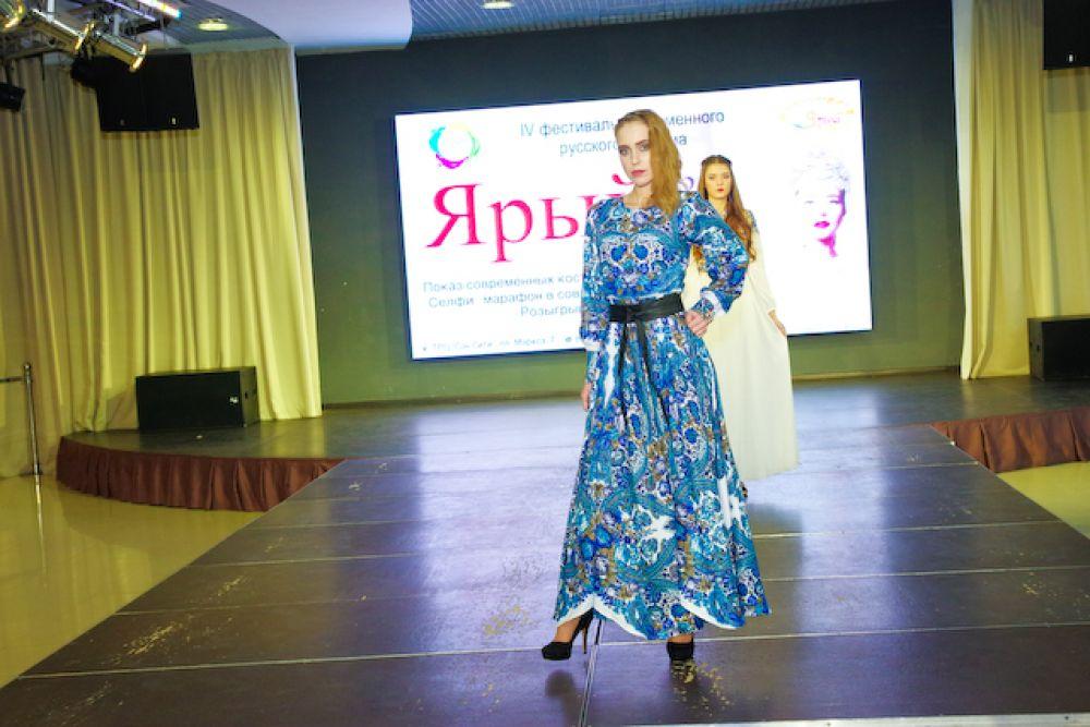 Помимо базового черного, модели демонстрировали платья ярких летних расцветок.