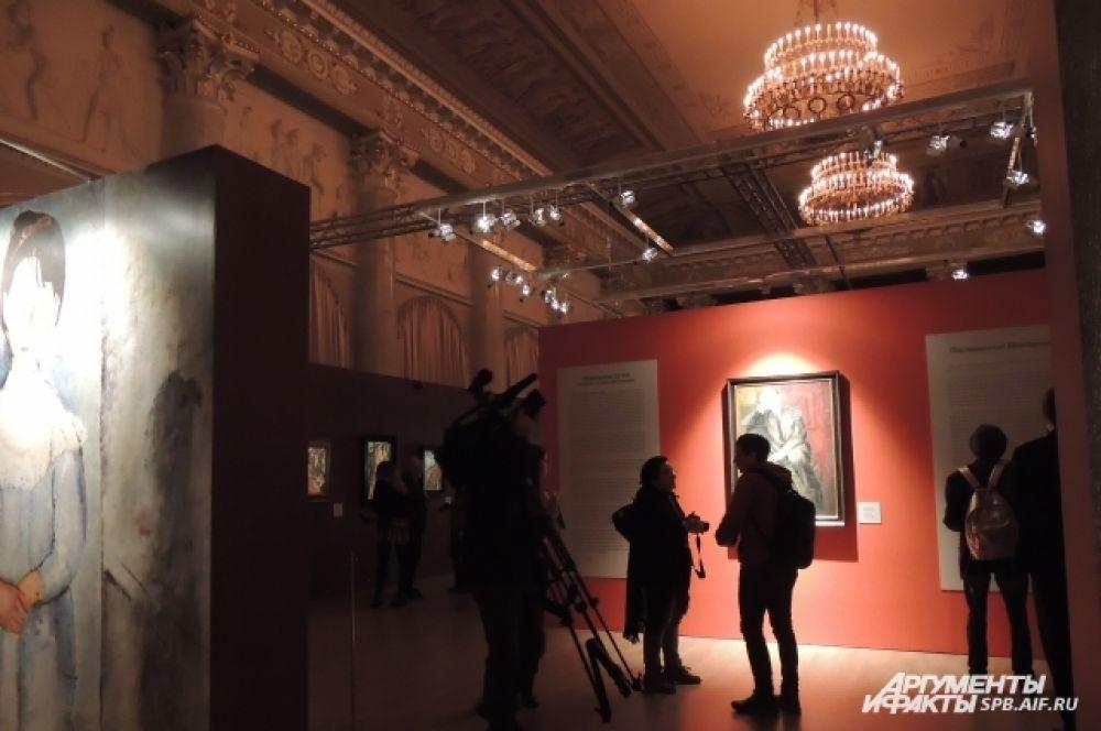 Для выставки разработали уникальную схему освещения, чтобы каждая картина выглядела живой.