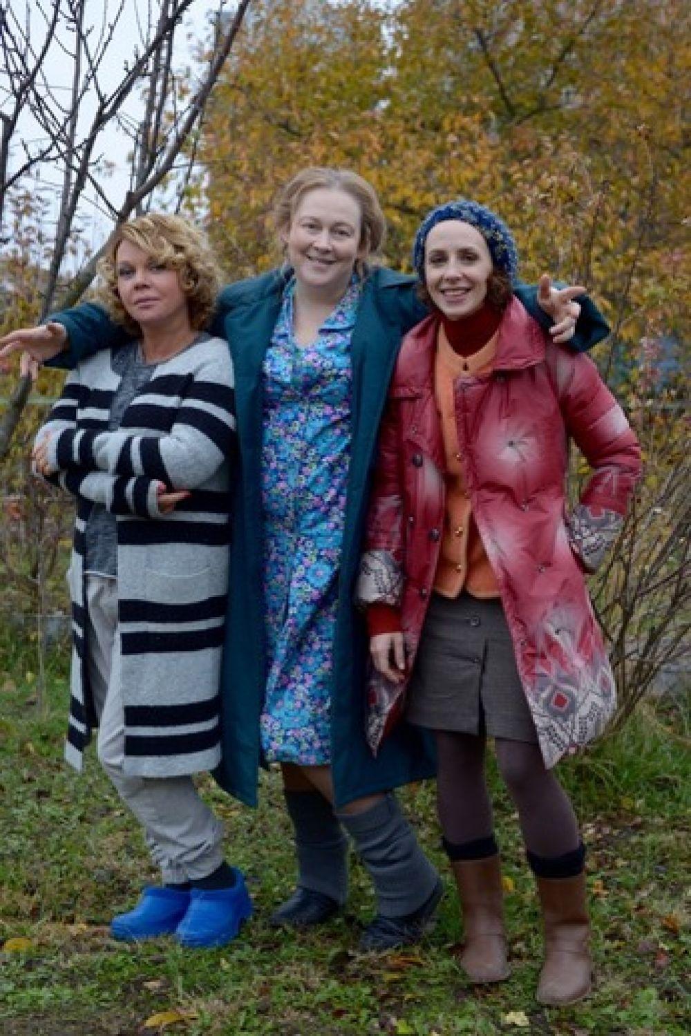 Юлия Ауг (в центре) копала картошку, целилась из охотничьего ружья в надоедливого ухажёра.