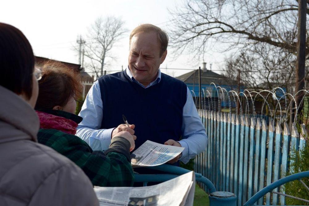 Евгений Сидихин раздаёт автографы местным жителям.