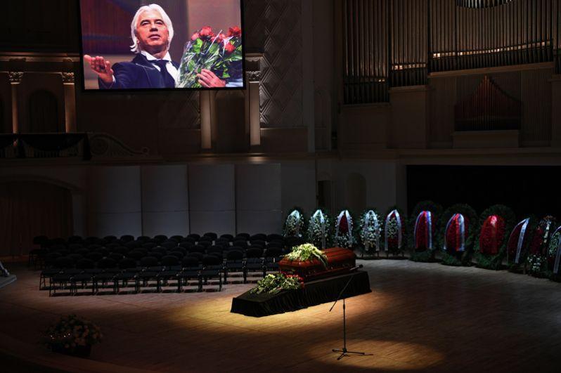 Гроб с телом оперного певца Дмитрия Хворостовского в Концертном зале имени П. И. Чайковского в Москве.