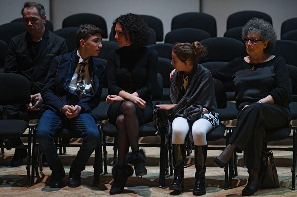 Сын Дмитрия Хворостовского Максим, вдова Флоранс и дочь Нина (слева направо) на церемонии прощания.