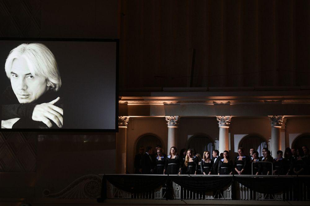 Посетители на церемонии прощания с оперным певцом Дмитрием Хворостовским в Концертном зале имени П. И. Чайковского в Москве.