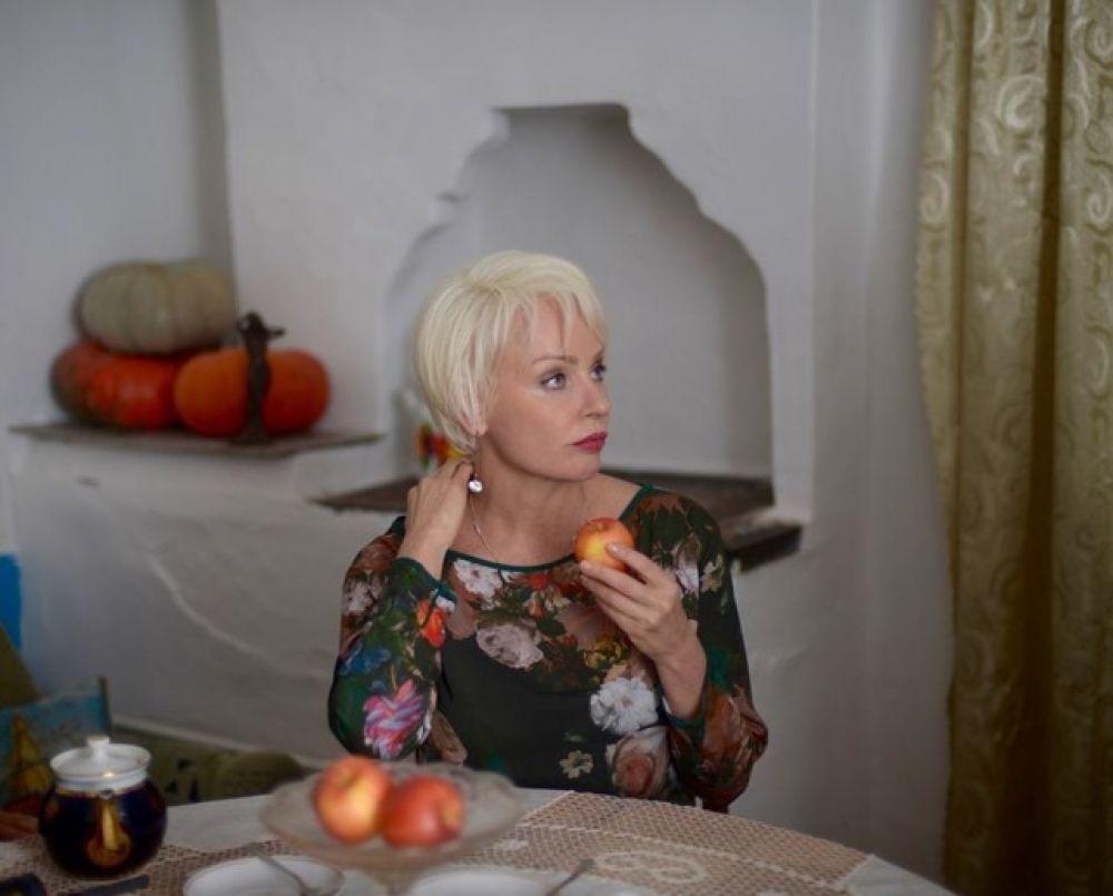Жанна Эппле сыграла роль «столичной штучки» Эллы, имевшей виды на главного героя – Олега Кораблёва (Евгения Сидихина).