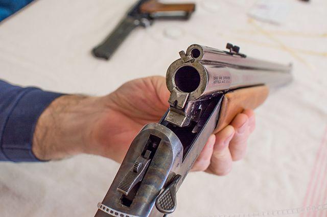 В Кузбассе задержали нетрезвого мужчину, стрелявшего из ружья в подъезде.