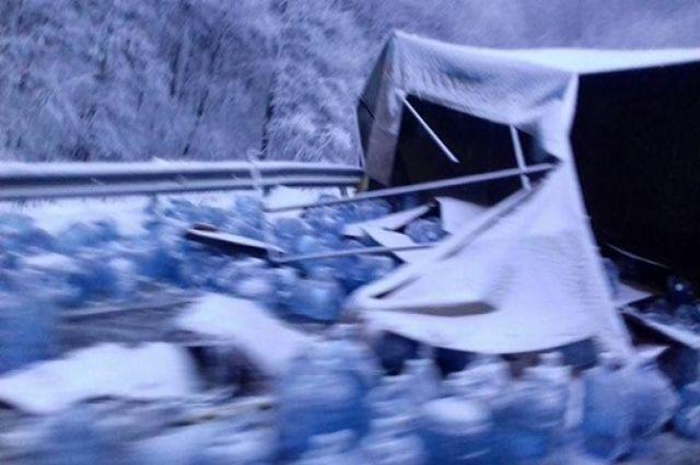 Фургон перевернулся назаснеженной дороге воЛьвовской области: фото сместа ДТП
