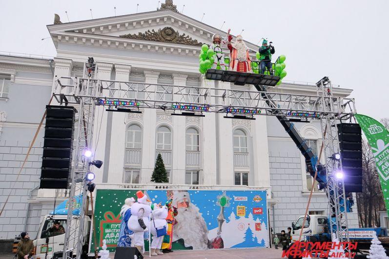 Неожиданно в небе появился Всероссийский Дед Мороз в сопровождении космонавта, он спустился на сцену и поприветствовал жителей города.