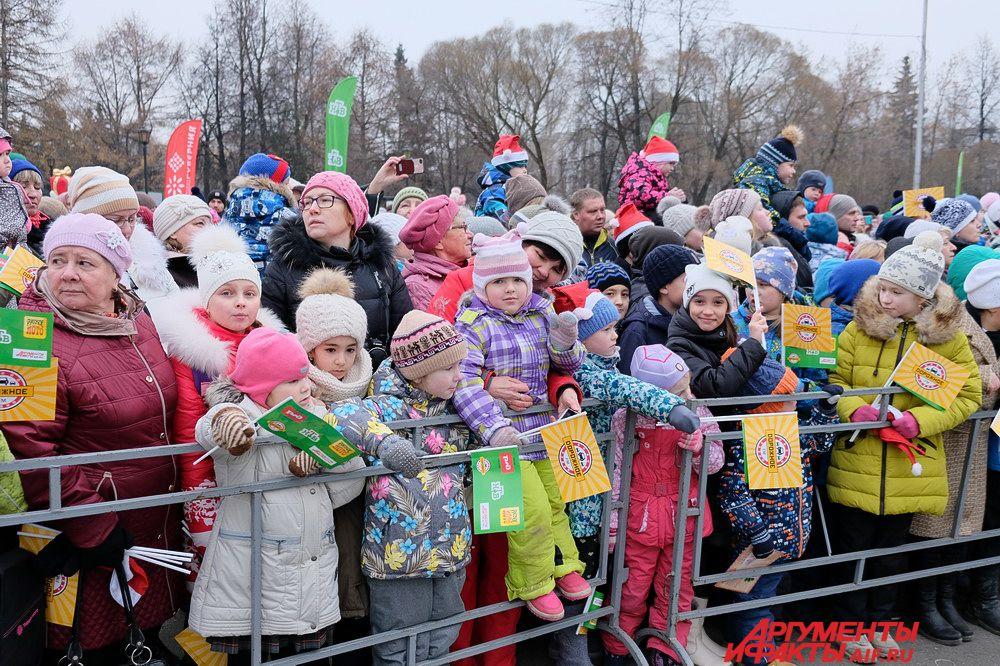 Дед Мороз устроил весёлые конкурсы и игры для маленьких пермяков, а также вручил подарки.