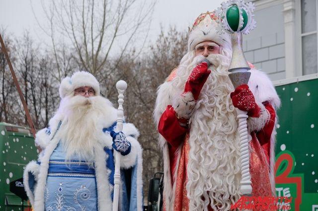 Главный волшебник Нового года веселил детишек в сквере у театра оперы и балета им. Чайковского.