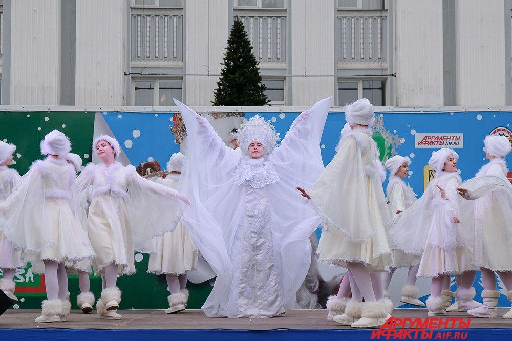 На сцене танцевали снежинки, а детей веселили снеговики и клоуны.