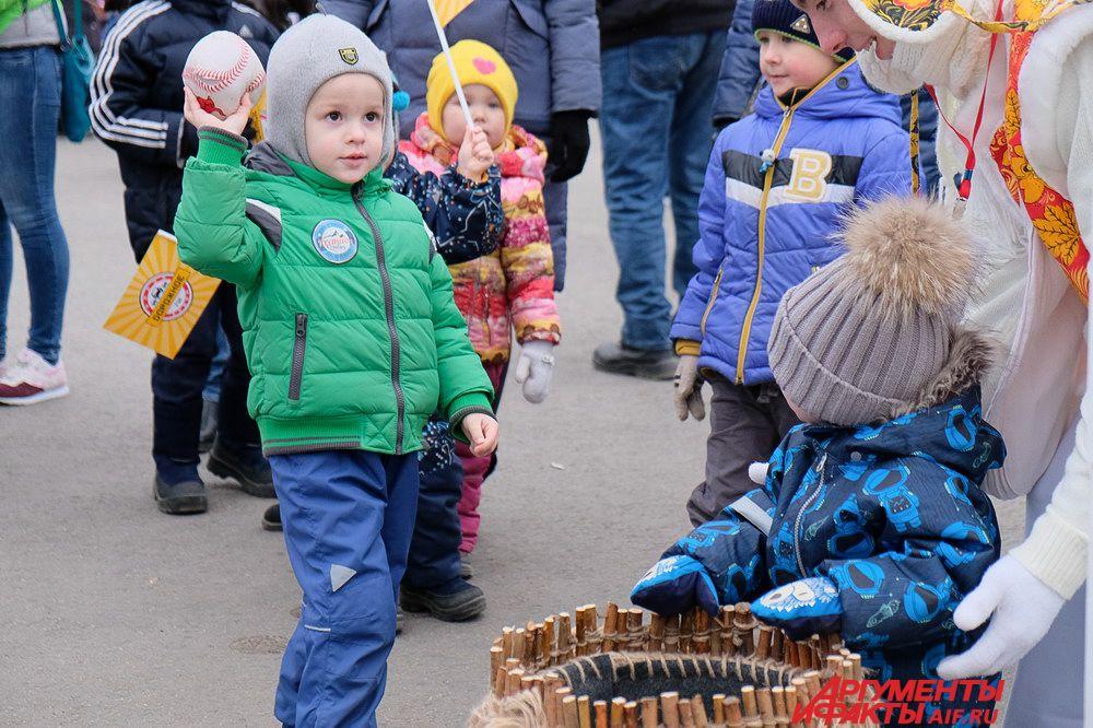 Посмотреть на любимого новогоднего волшебника пришли сотни маленьких жителей города.